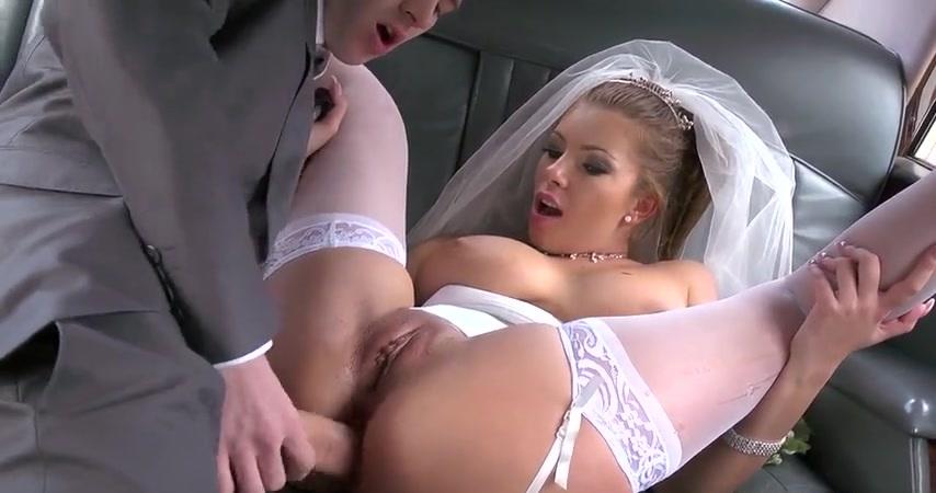 Грудастая японская невеста разогревает киску пальцами перед сексом с женихом