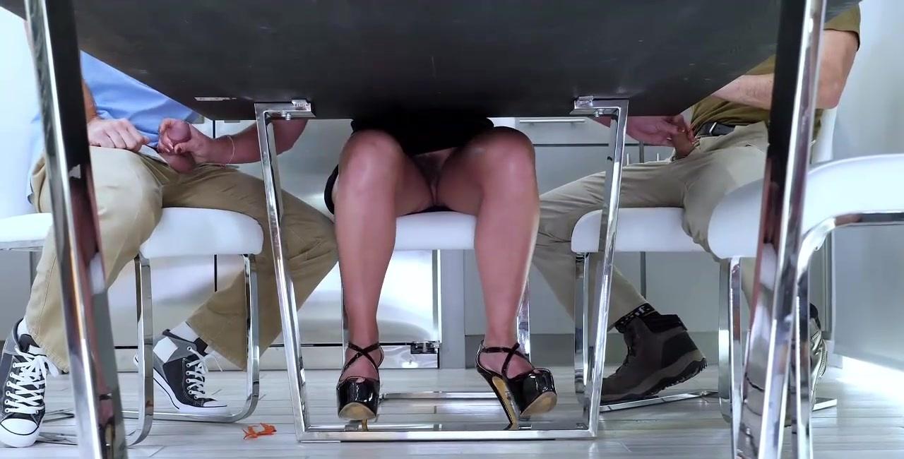 Порно Раздвинула Ноги Под Столом